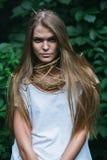 Nettes blondes mit dem langen Haar und den Hörnern Lizenzfreies Stockbild