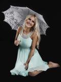 Nettes blondes mit umbrela Stockbild