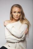 Nettes blondes Modell in übergroßer Strickjacke Stockbild