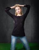 Nettes blondes Sitzen auf Knien Lizenzfreies Stockfoto