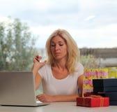 Nettes blondes unter Verwendung eines Laptops Stockfotos