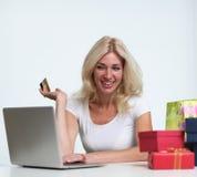 Nettes blondes unter Verwendung eines Laptops Stockbilder