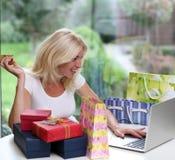 Nettes blondes unter Verwendung eines Laptops Lizenzfreie Stockfotografie