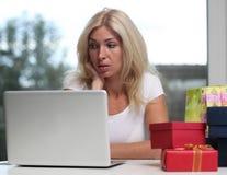Nettes blondes unter Verwendung eines Laptops Lizenzfreie Stockfotos
