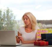 Nettes blondes unter Verwendung eines Laptops Stockfoto