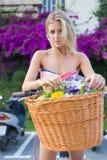 Nettes blondes weibliches Schlendern mit klassischem Fahrrad im Park Lizenzfreie Stockfotografie