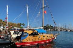 Nettes Boot im Hafen von Bodrum mit Ansicht zu St. Peter Castle Lizenzfreie Stockfotos