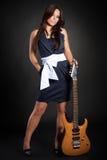 Nettes Brunettemädchen mit Gitarre Stockbilder