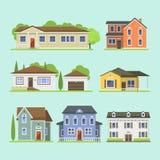 Nettes buntes flaches Immobilienhäuschen und -haus des Arthausdorfsymbols entwerfen buntes Wohngebäude lizenzfreie abbildung
