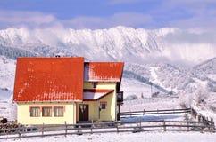 Nettes Chalet in der winterlichen Landschaft Stockbilder