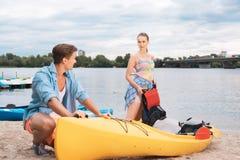 Nettes Coupé, das zusammen den aktiven Tourismus Blond-haarig genießt stockbild
