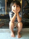 Nettes Denken des kleinen Jungen lizenzfreies stockfoto