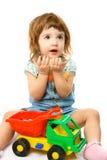 Nettes Einjahresmädchen, das mit ihren Spielwaren spielt Stockfotografie