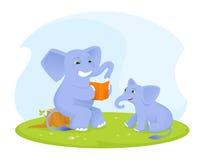 Nettes Elefantbaby, das auf sein Elternteil liest ein Buch hört Lizenzfreies Stockfoto