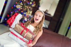 Nettes elegantes Mädchen feiern Weihnachten und neues Jahr mit Geschenken Lizenzfreie Stockfotografie