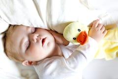 Nettes entzückendes Baby von 6 Monaten Schlafen ruhig im Bett lizenzfreie stockfotos