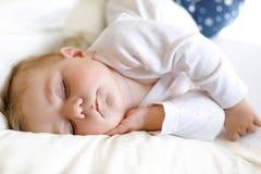 Nettes entzückendes Baby von 6 Monaten Schlafen ruhig im Bett stockbilder