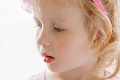 Nettes entzückendes blondes weißes kaukasisches lächelndes Baby mit den großen blauen Augen, die rosa Stirnband tragen Lizenzfreies Stockbild