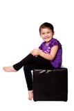Nettes entzückendes Mädchensitzen stockfotos