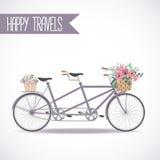 Nettes Fahrrad mit dem Korb voll von den Blumen Lizenzfreie Stockfotografie