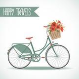 Nettes Fahrrad mit dem Korb voll von den Blumen Stockbild