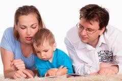 Nettes Familienlügen lizenzfreie stockbilder