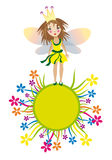 Nettes feenhaftes Mädchen auf dem gelben Graskreis Stockbilder