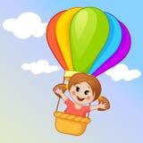 Nettes Fliegen des kleinen Mädchens in einem Heißluftballon Lizenzfreies Stockfoto