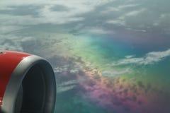 Nettes Fragment einer Ansicht über von den Flugzeugen, die über schönen Wolken des Regenbogens Farbklettern, die Aufmerksamkeit h Lizenzfreies Stockbild