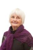 Nettes freundliches Schauen der älteren Frau stockfotos