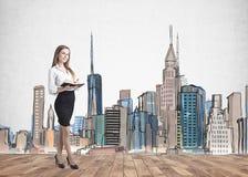 Nettes Geschäftsfrauschreiben, Stadtbild Stockfoto