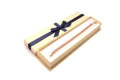 Nettes Geschenk mit blauem Farbband Stockbilder