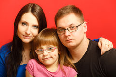 Nettes Gesichtsporträt der dreiköpfigen Familie lizenzfreie stockbilder