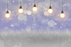 Nettes glänzendes Funkelnlichter defocused bokeh abstrakter Hintergrund mit Glühlampen und fallende Schneeflocken fliegen, Feiert lizenzfreie abbildung