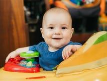 Nettes glückliches Baby in den Wanderern kaukasisch lizenzfreies stockbild