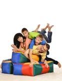 Nettes glückliches Familienspielen stockfoto