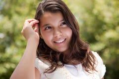 Nettes glückliches hispanisches Mädchen im Park Lizenzfreies Stockbild