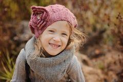 Nettes glückliches Kindermädchenporträt im Herbst Stockfotos