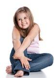 Nettes glückliches kleines Mädchen, das auf weißem Hintergrund sitzt lizenzfreies stockfoto