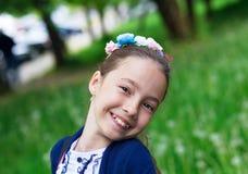 Nettes glückliches Mädchen, das draußen Natur genießt Schöne Jugendliche Stockfotos