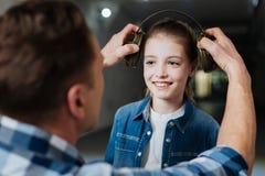 Nettes glückliches Mädchen, das ihren Vater betrachtet Lizenzfreie Stockfotos