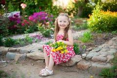 Nettes glückliches Mädchen in einem blühenden Garten Lizenzfreies Stockfoto