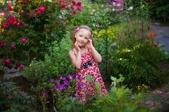 Nettes glückliches Mädchen in einem blühenden Garten Lizenzfreies Stockbild