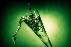 Nettes Glas mit Wasser spritzt Stockfoto