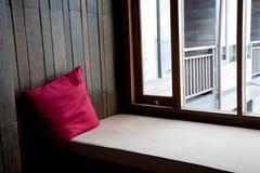 Nettes hölzernes Raumerkerfenster stockbild
