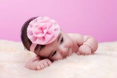 Nettes, hübsches, glückliches und molliges Baby ohne Kleidung, nackt oder nackt Lizenzfreies Stockbild