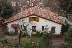 Nettes Haus in den Bergen Stockbild