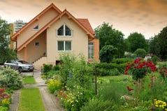 Nettes Haus mit dem Garten Stockfotos