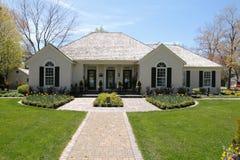Nettes Haus mit der symmetrischen Landschaftsgestaltung lizenzfreie stockfotos