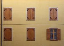 Nettes Haus mit netten Fenstern Stockfoto